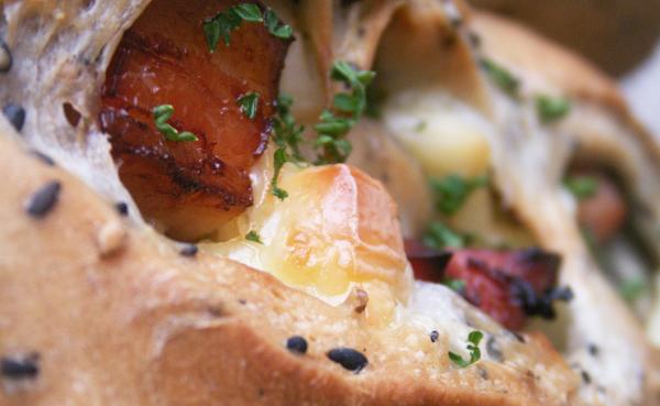 簡単手作りパン「黒ごまベーコンチーズのパン」レシピ