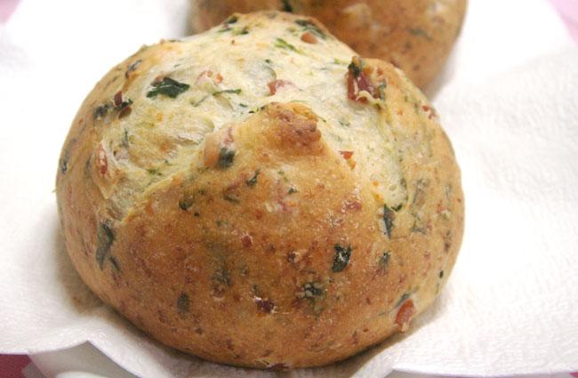 簡単手作りパン「ほうれん草とベーコンチーズパン」レシピ